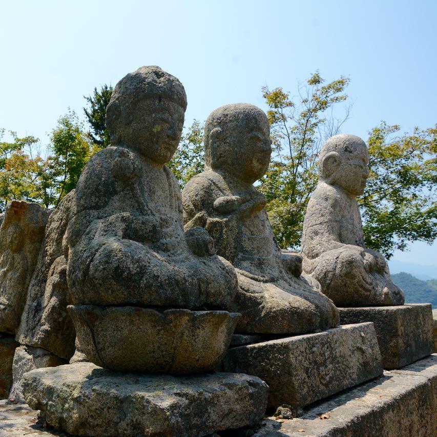 innoshima shiarataki shrine buddhas close up